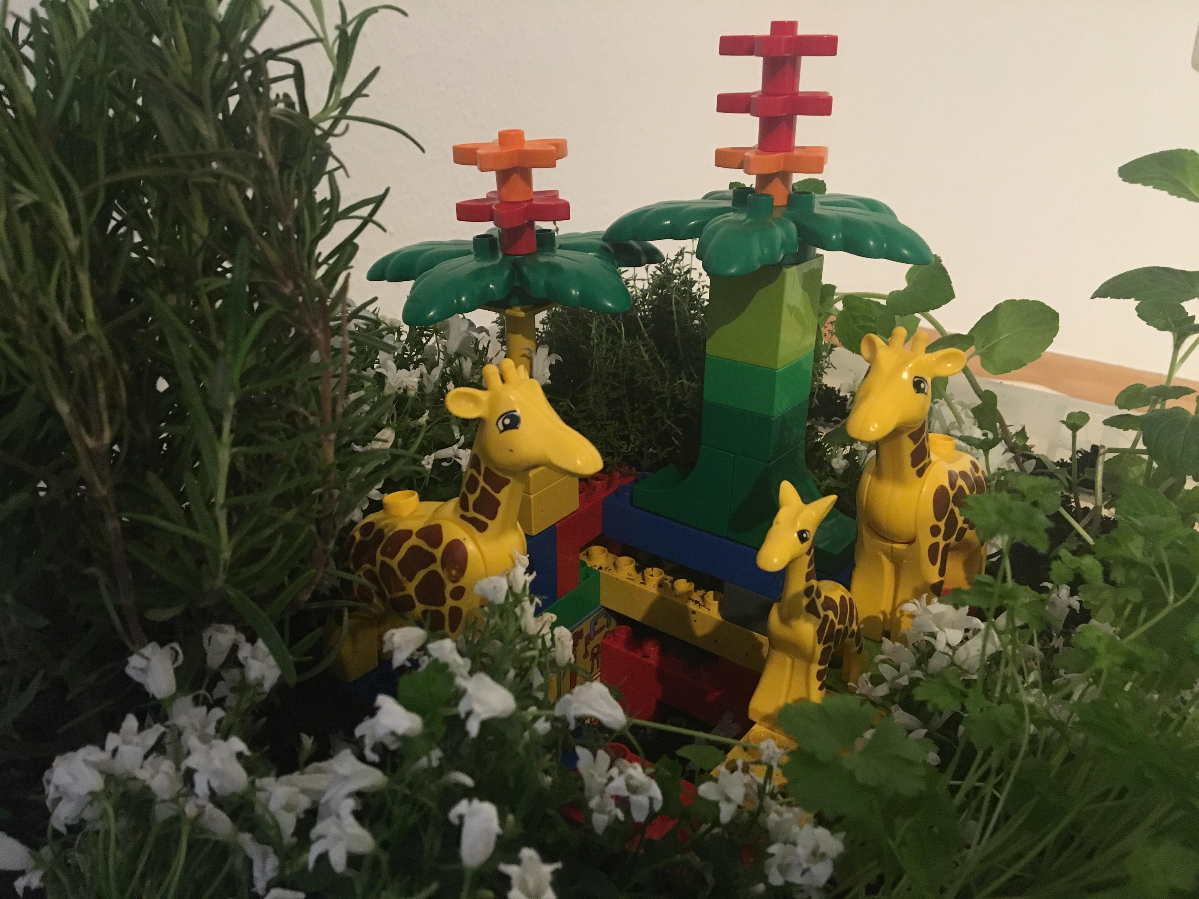 Lego-Tier-Varianten der Sprachspinat Wupf-Wurm-Pflanzen-Kiste mit gebrauchten Legosteinen und Tierfiguren