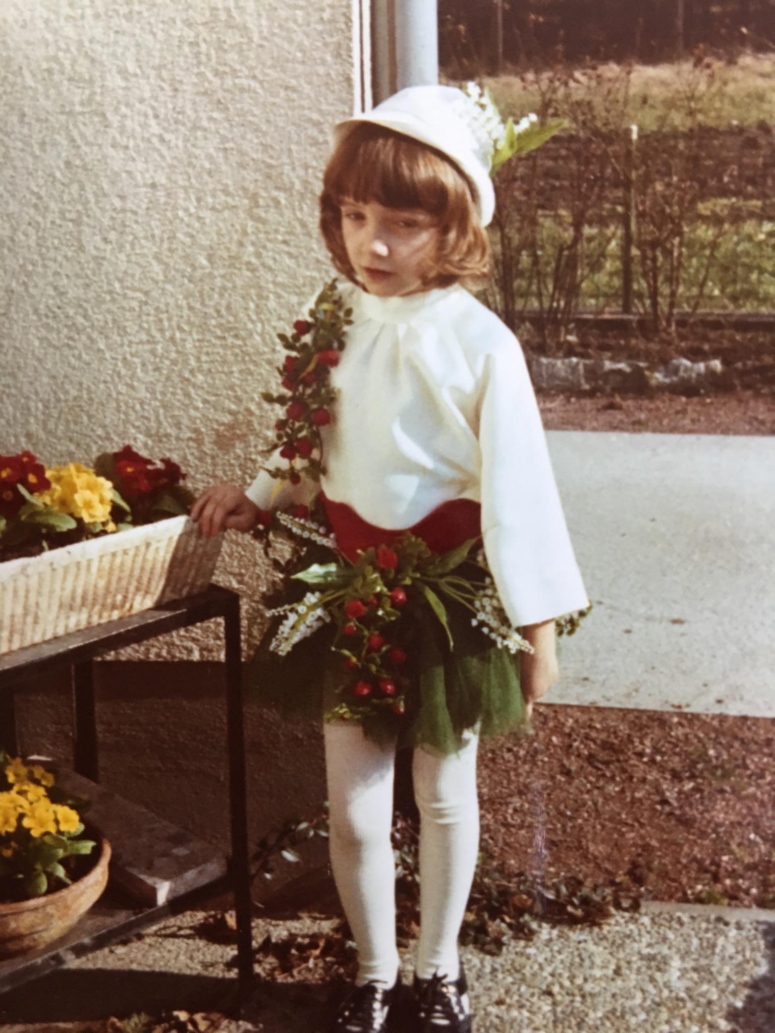 Sonja Eisenbeiß als Garten verkleidet