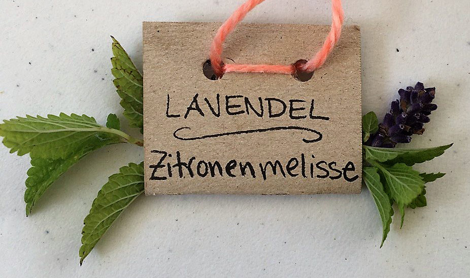 Schnell gemacht mit einem Stück Klopapierrolle, Locher, Wollrest: Kräuterkette - auch mit Pflanzen aus dem Wofopf-Garten