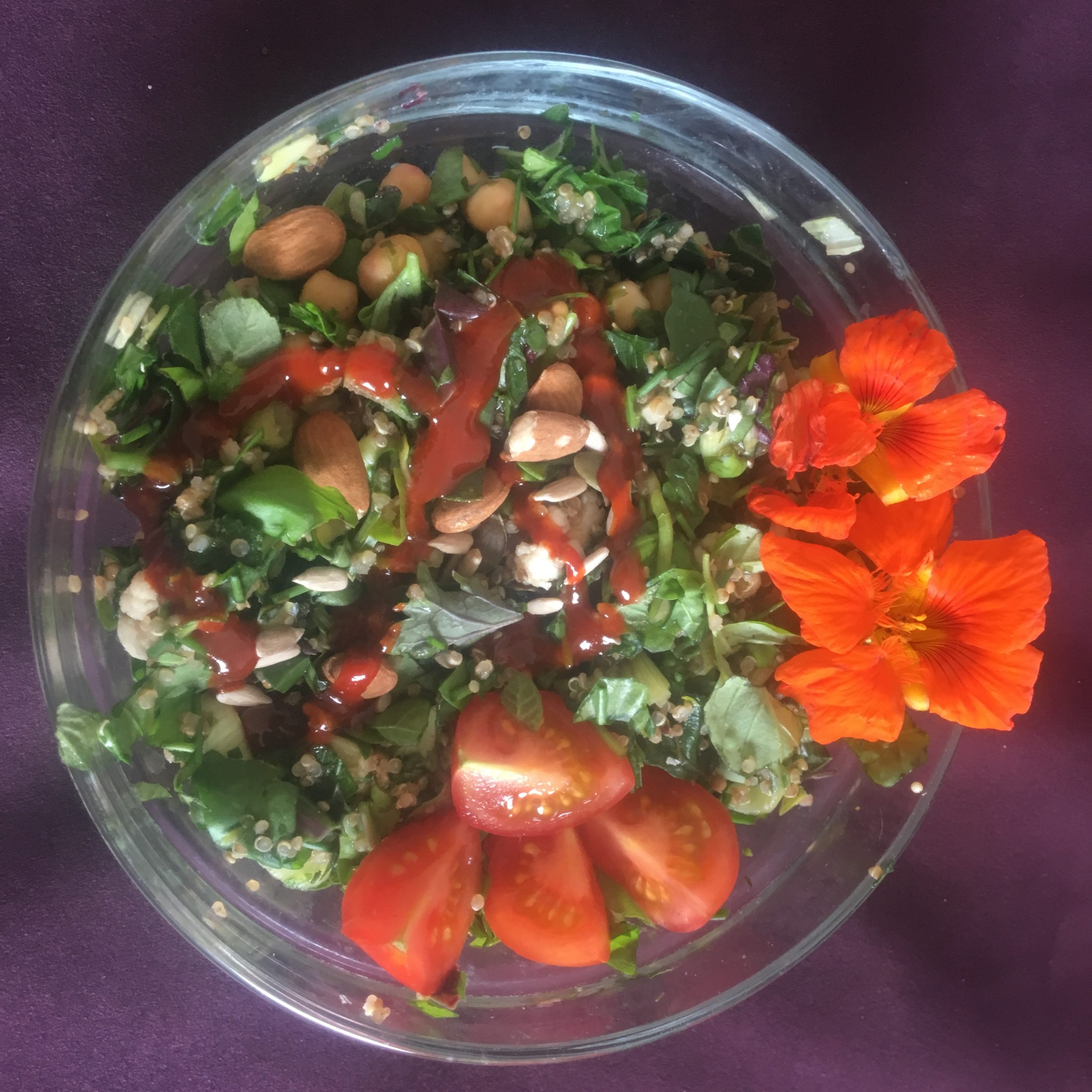 Couscous-Salad mit Tomaten, essbaren Blüten und Kräutern vom Balkon und aus dem Wohnzimmer