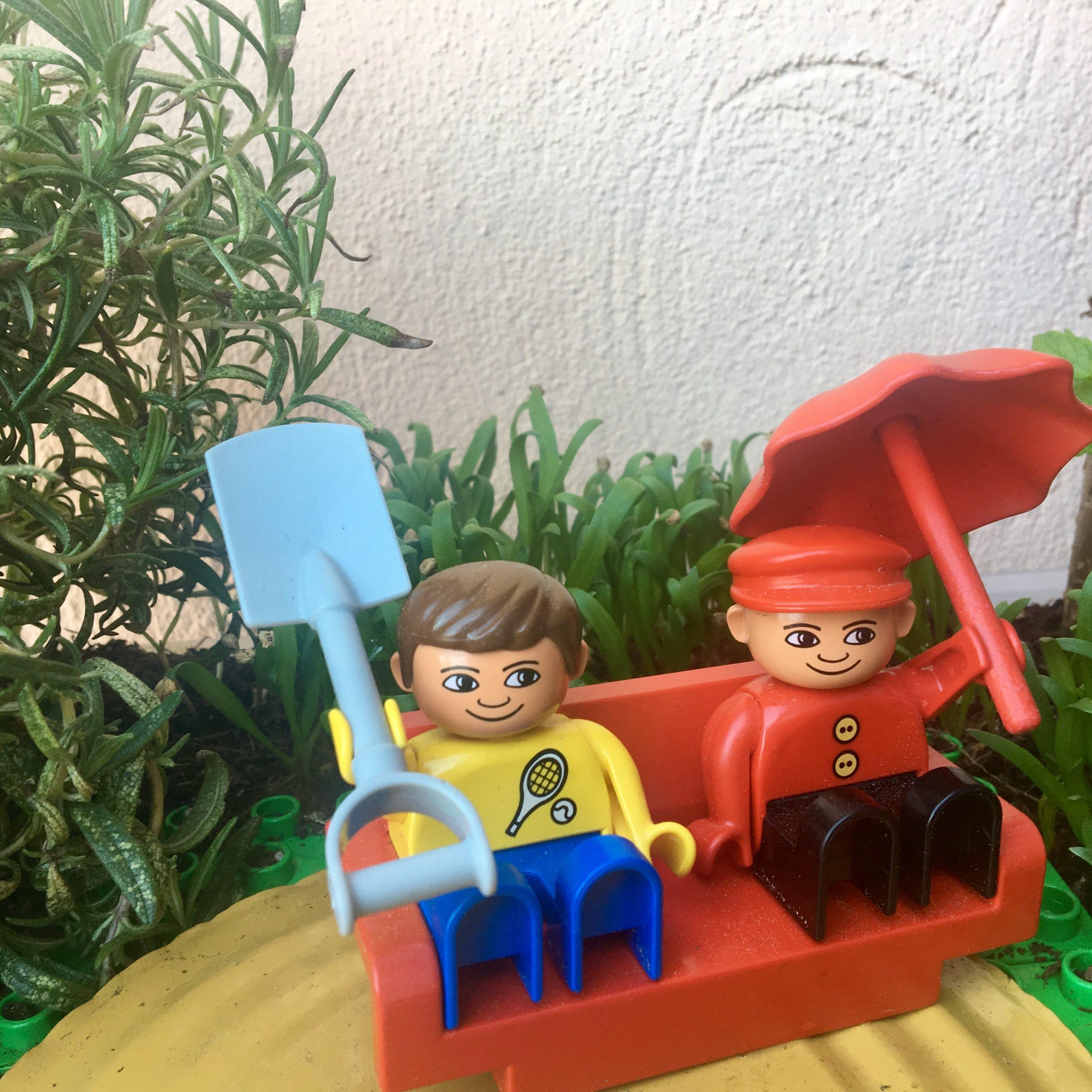 Die Lego-Variante der WuPf-Wurm-Pflanzen-Kiste mit Abdeckung und Spielzeug